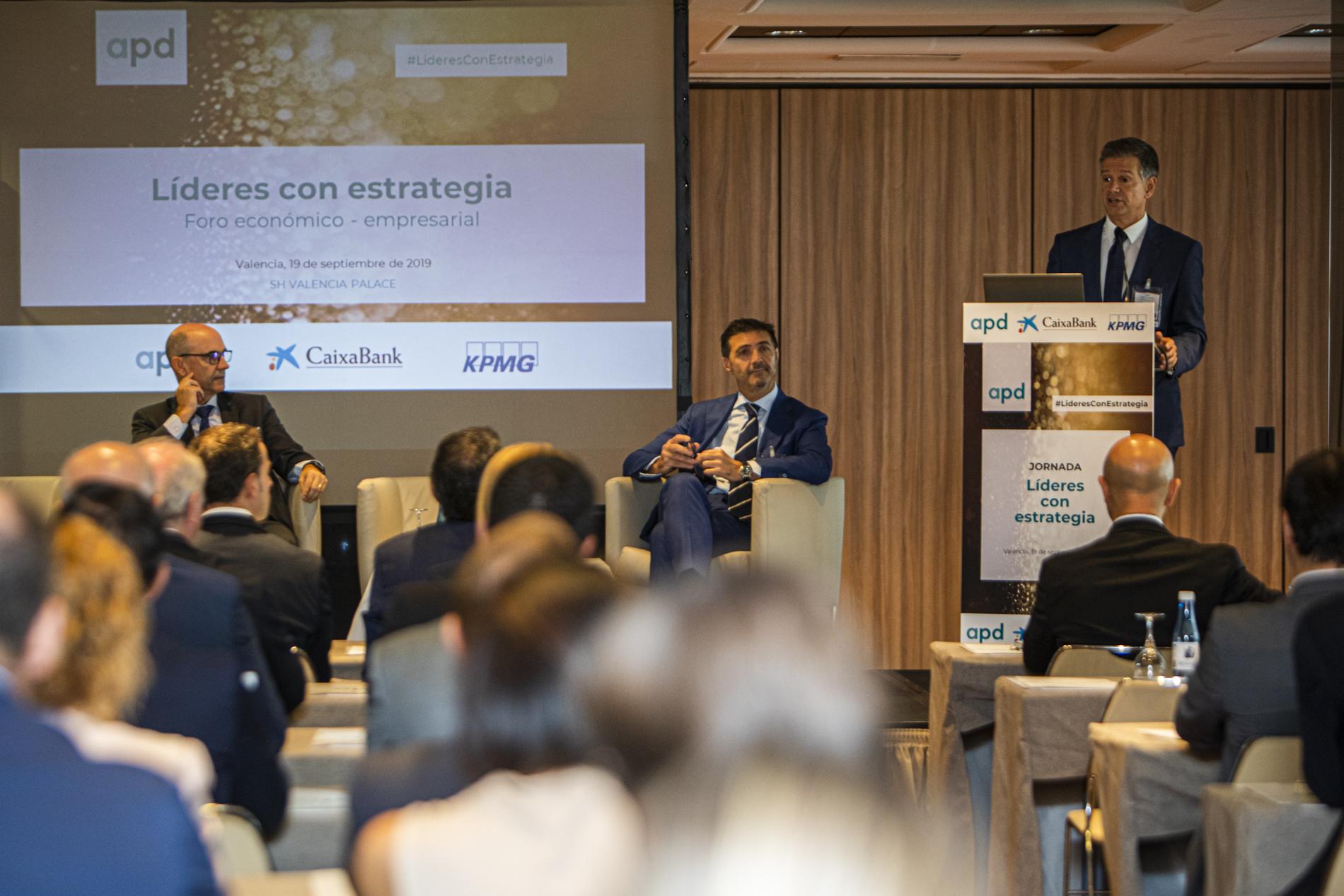 Jose Maria Marinez, Consejero APD Levante y Presidente Siemtría, Xicu Costa Director Territorial de CaixaBank y Bernardo Vargas socio responsable KPMG Comunidad Valenciana